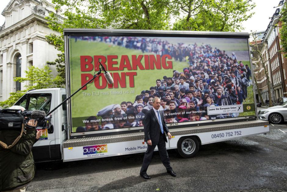 英國獨立黨(UKIP)為他們脫毆的宣傳設計了一個海報。海報中使用的照片是來自Jeff J Mitchell,在斯洛維尼亞的難民。