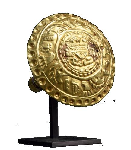 Boucle d'oreille décorée d'un dignitaire entouré de quatre oiseaux Culture Chimu/Lambayeque, Pérou, 1100 -1450 apr. J.-C. Oger-Blanchet