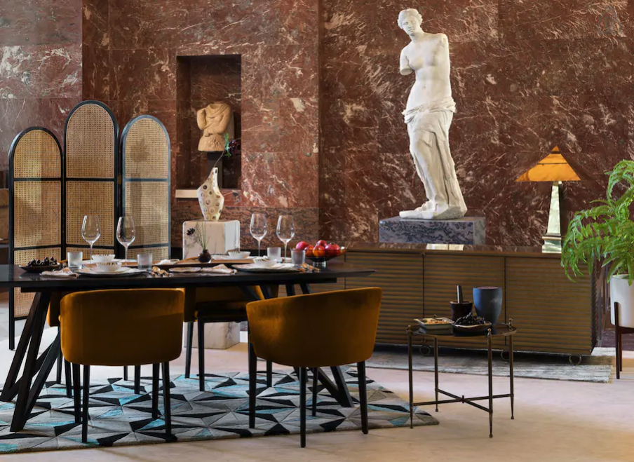 Dinner in the shadow of the Venus de Milo. Image: Julian Abrams for Airbnb
