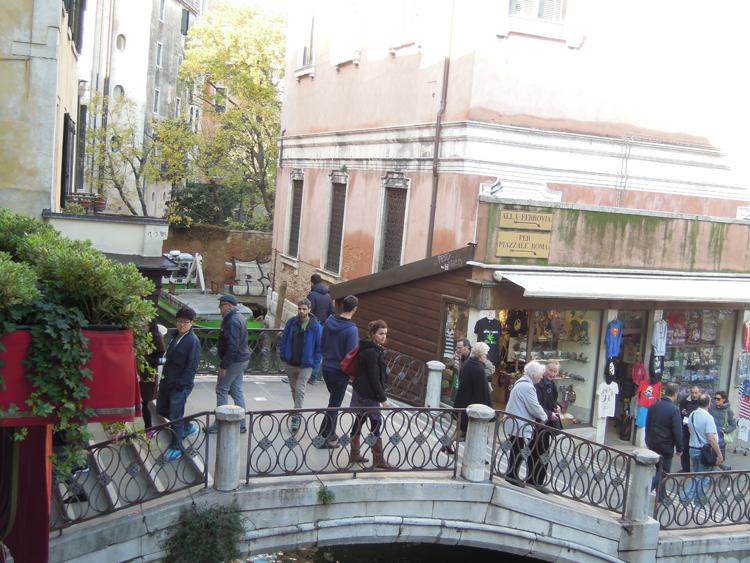 Bron över till Campo dei Santi Apostoli