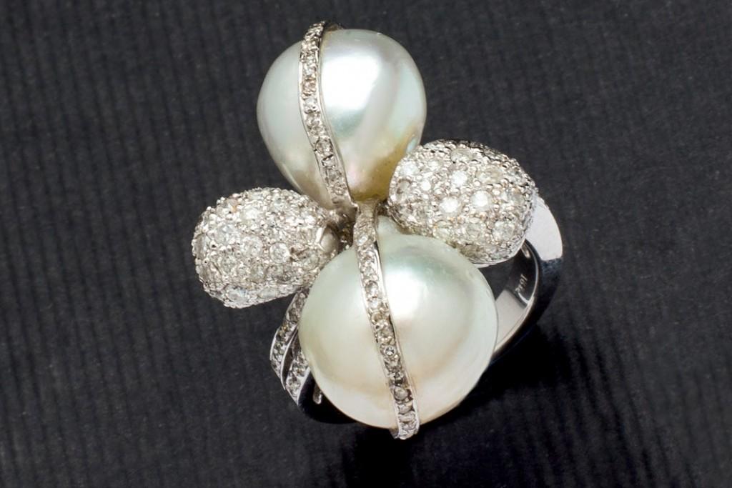 Weißgold-Ring mit Perlen und Diamanten (1,79 ct) Startpreis: 3.250 EUR