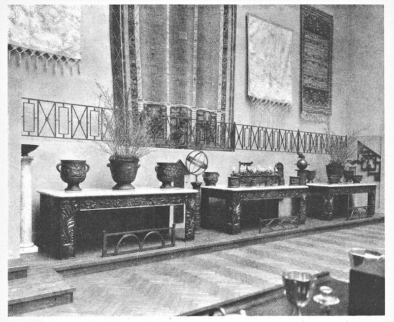 """De reliefer Bukowskis hade med på sin auktion hör sannolikt till ett av de tre bord som visades på """"Swedish Contemporary Decorative Arts"""" på The Metropolitan Museum of Arts i New York 1927. Ett av dessa tre bord visades 1930 på Stockholmsutställningen."""