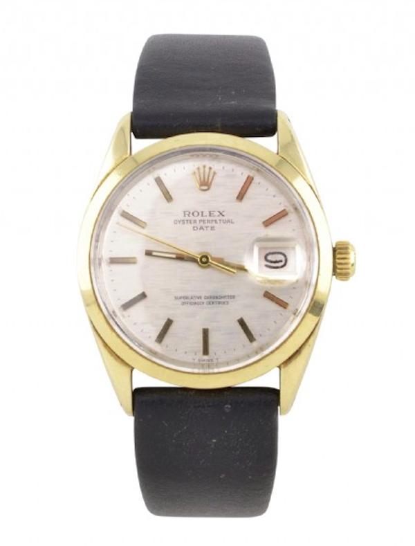 """Till honom: Ett herrarmbandsur från Rolex, modell """"Oyster Perpetual date superlative chronometer"""" från 1960-talet. Klockan är av guld på stål med rund boett och vit urtavla med streckindex. utropet ligger på 12 000 kronor"""