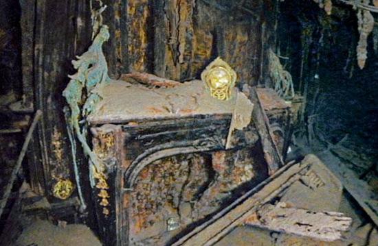 Die goldene Kaminuhr in der Suite der 1. Klasse-Passagiere Isidor und Rosalie Straus | Foto via vongestern.com