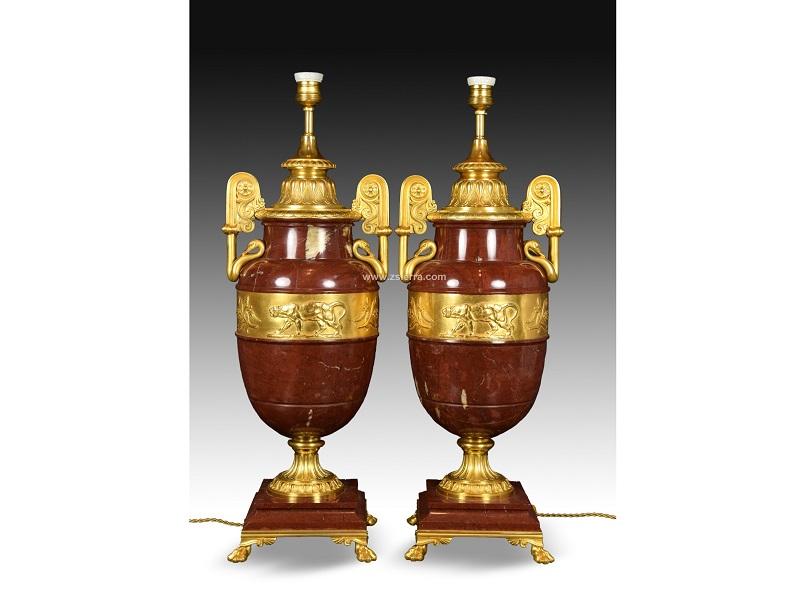 Pareja de copas de estilo Imperio en mármol y bronce (Francia, siglo XIX). Adaptadas a lámpara eléctrica.