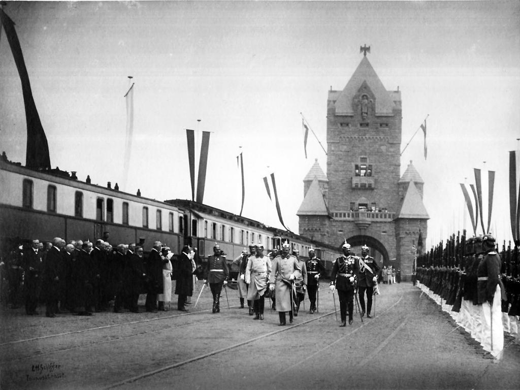 Der Hofzug bei der Eröffnung der Kaiserbrücke zwischen Mainz und Wiesbaden 1904.