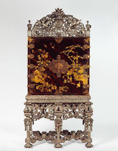 Ett liknande skåp finns i London på Victoria & Albert Museum samlingar. Dock med försilvrad benställning och krön, efter den franska modet under Ludvig XIV tid. Det var innan den franska krigsmakten lät smälta ner silvret från de överdådiga möblerna för att kunna finansiera de dyrbara krigen
