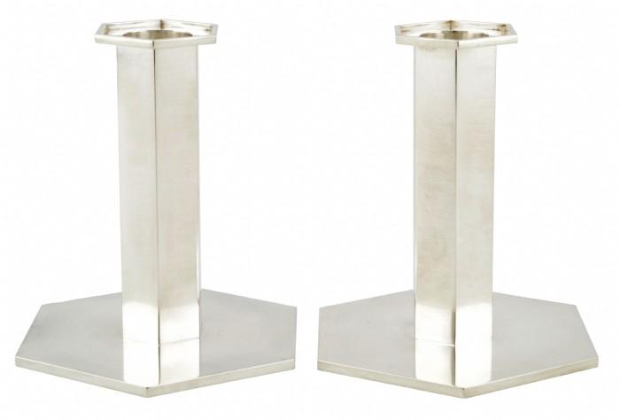 Ljusstakar, ett par - Wiwen Nilsson. Hexagonal manschett, ben och fot. Sterlingsilver. Stämpelsignerade Wiwen Nilsson, Lund 1959. Höjd 11 cm. (D)