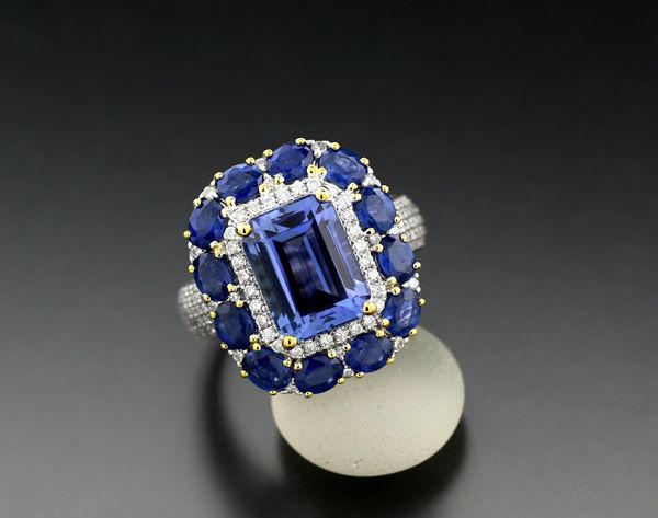 Ring med tanzanit, safir, briliant, ca 8,20 karat. Vitt guld. Utropspris: 48 200 Sek. Catawiki