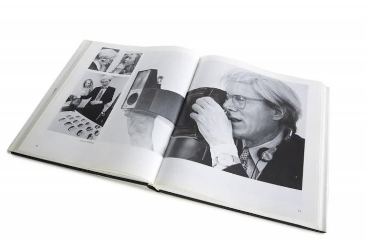 Andy Warhol med en av hans favoritverktyg; polaroidkameran i högsta hugg
