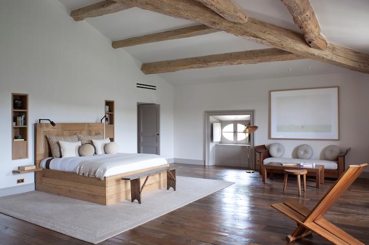 """La chambre du Chateau Fabrègues avec un lit """"Utö"""" par Axel Einar Hjorth."""