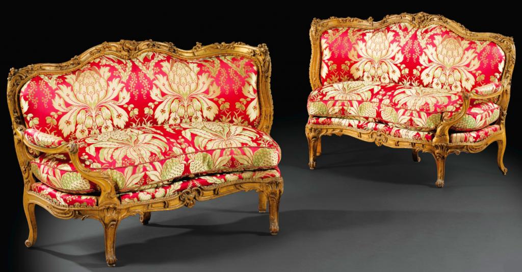 Exceptionnelle paire de canapés en coin de feu à châssis et à accotoir unique en noyer et hêtre sculptés et redorés à l'huile d'époque Louis XV, vers 1755, estampillée N. HEURTAUT