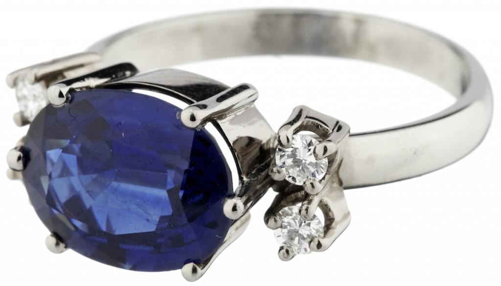 Ring aus WG mit Saphir (ca. 3,50 ct) und 4 Brillanten (zus. ca. 0,20 ct)