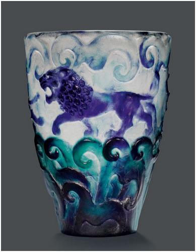 """Garbiel Argy-Rousseau(1885-1953) - Vas, """"Lions"""", Pâte-de-verre. H: 22,5 cm, signerad, cirka 1925. Utropspris: 216 000 - 302 000 kronor."""