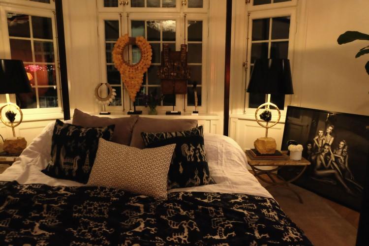 Höga bordslampor med svarta lackskärmar ger ett stämningsfullt ljus, dessa från Sjöström Antik.