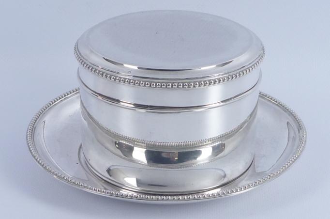 Runde Keksdose mit Perlenkranz geschmückt, silberne Untertasse, 20. Jahrhundert, Schätzpreis 550 – 650 EUR