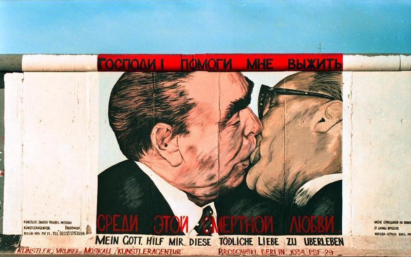 """25.7.1991 """"East-Side-Gallery"""", gelegen zwischen der Jannowitzbrücke und der Oberbaumbrücke. Reste der Berliner Mauer, die nach der Öffnung von vorwiegend ostdeutschen Künstlern auf der Ost-Seite bemalt wurden. Foto: Bundesarchiv via Wikipedia"""
