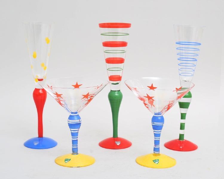 """Cocktailglas 2 stycken samt champagnestrutar 3 stycken, """"Clown"""", Anne Nilsson Orrefors, olikfärgad dekor, signerade och etikettmärkta, höjd 16-27 (5)."""