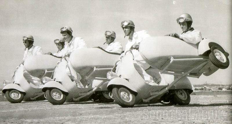 Piaggio también diseñó un sidecar para la Vespa. Imagen vía: ScooterLab