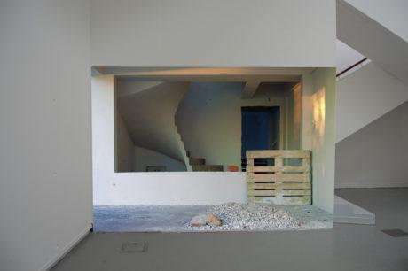 Pauline Renard, On hold, 2016 Photographie numérique, impression sur papier dos bleu, collage mural, dimensions variables