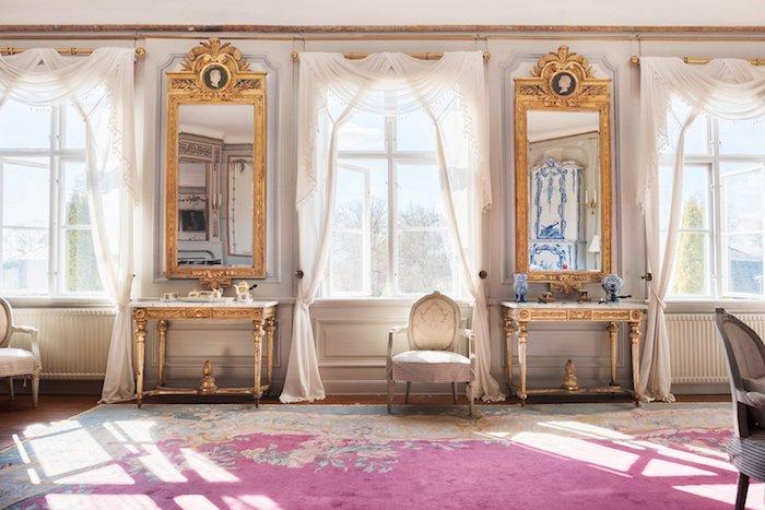 KONSOLBORD, ETT PAR, GUSTAVIANSKA STOCKHOLMSARBETEN, 1700-TALETS SLUT. Förgyllda och bronserade. Skivor av vit marmor. Skulpterad dekor eklöv, bladrosetter, flätband och fotkryss med pinjekotte. Längd 103, bredd 56, höjd 81 cm., SPEGLAR, ETT PAR, TILLSKRIVNA PEHR LJUNG (1743-1819), BILDHUGGARE I STOCKHOLM. Gustavianska, 1780-tal. Förgyllda och bronserade. Krön med plym och antikiserande medaljonger med motställda man- resp. kvinnohuvuden. Snidade lagerkvistar. Höjd 214, bredd 84 cm.