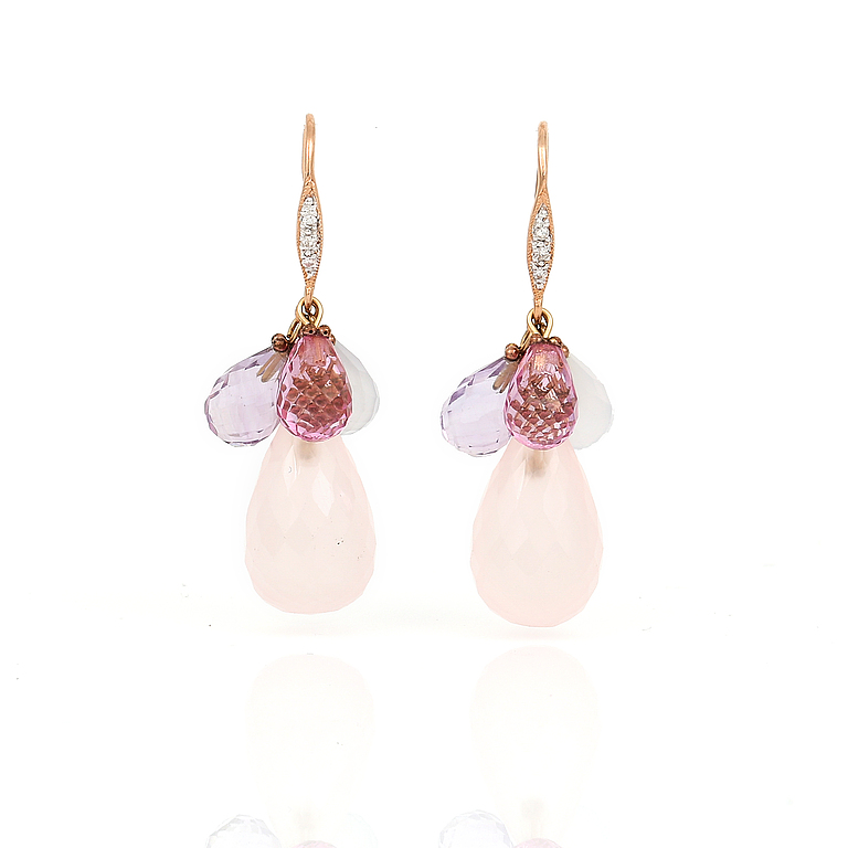 ÖRHÄNGEN 14K rosaguld med små diamanter, ametister, rosa topaser och rosa kvarts. Total vikt ca 5,52 g. Krok. Längd 3,2 cm. Utroprspris 4 500 SEK, Bukowskis market