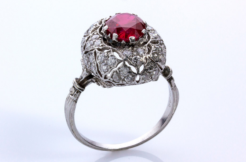 Bague rubis, diamants et platine par Buccellati Estimation: 25.000-30.000 EUR