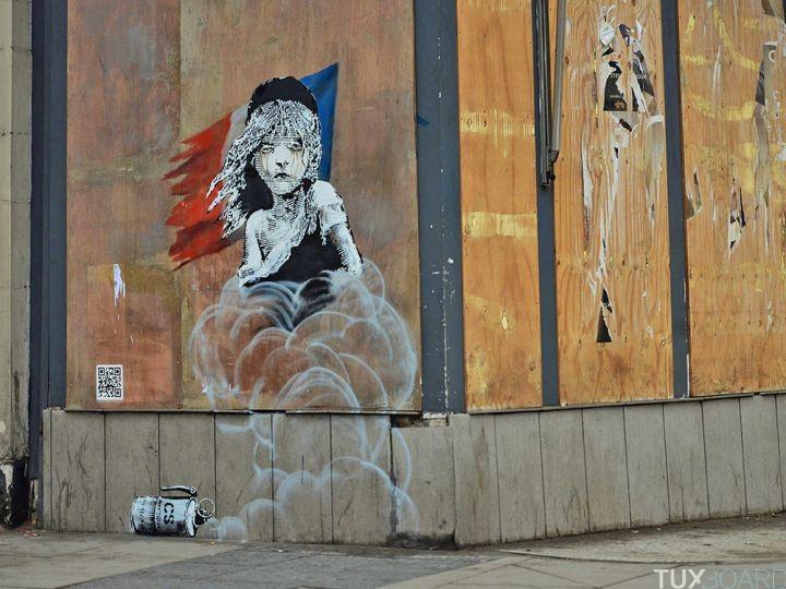 En janvier, Banksy dénonce les gaz lacrymogènes utilisés sur les migrants de Calais Image via tuxboard.com
