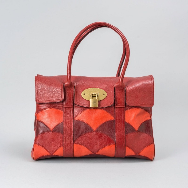 Borsa tracolla Bayswater in patchwork rosso e color corallo. Foto: Stockholms Auktionsverk.