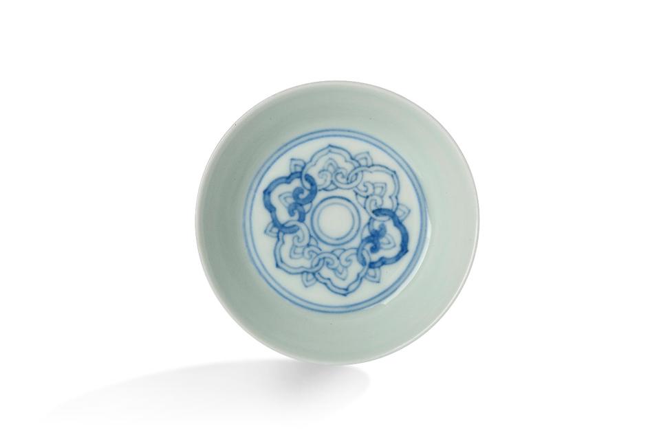 中国十八世纪 大明成化款 青花如意纹小碟 - Diam. 7,5 cm - 估价 3000-4000€