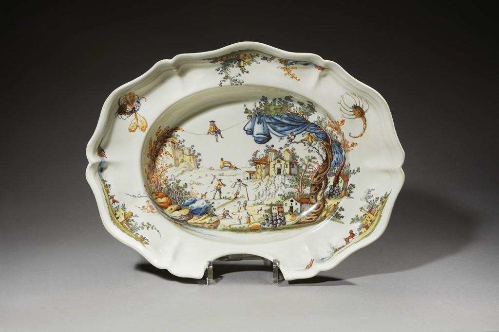 ALCORA. Plat à barbe à bord contourné godronné en faïence à décor polychrome, XVIIIè siècle