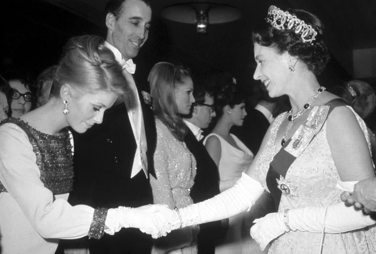 Catherine Deneuve incontra la regina Elisabetta II via El País