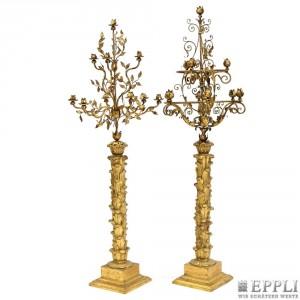 Paar große reich verzierte Girandolen mit beschnitten Weichholzschaft, H: ca. 180 cm, Italien 19. Jh. Aufrufpreis: 2.300 EUR