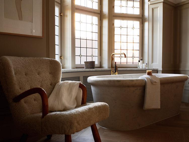 Ett av badrummen på Ett Hem rymmer en välbekant karmstol från 1950-talet