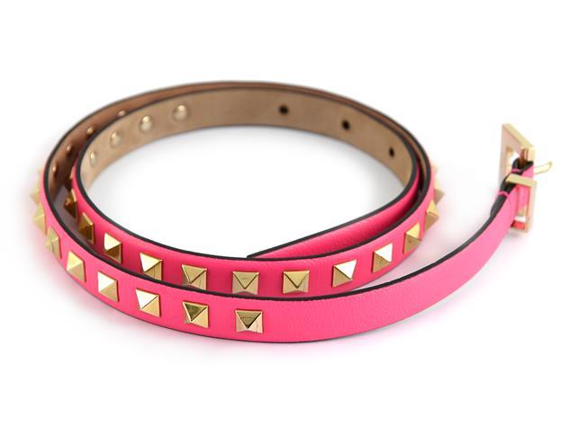 Skärp, Valentino Garavani, Rockstud, rosa läder med nitar, längd 75 cm, bredd 1,5 cm. På auktion hos Kaplans auktioner den 16 april