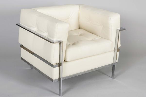 Fåtölj, formgiven av Le Corbusier, tillverkad av Rafael Garcia 1960. Utropspris: 12 500 kronor.