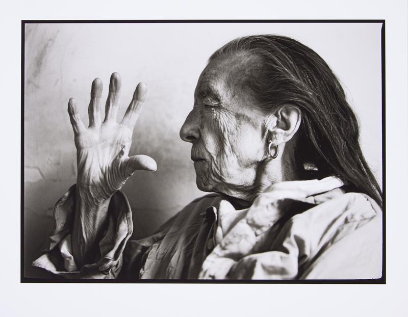 Louise Bourgeois, foto si Annie Leibovitz, 1997, immagine via TheArtSlack