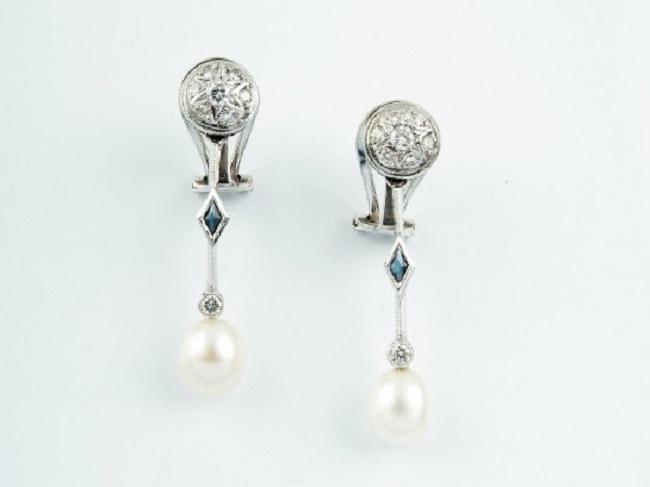 Pendientes largos realizados en oro blanco, formados por diamantes talla brillante