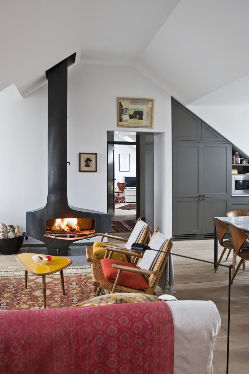 Mit bunten Kissen dekoriert: Easy Chairs von Hans J. Wegner