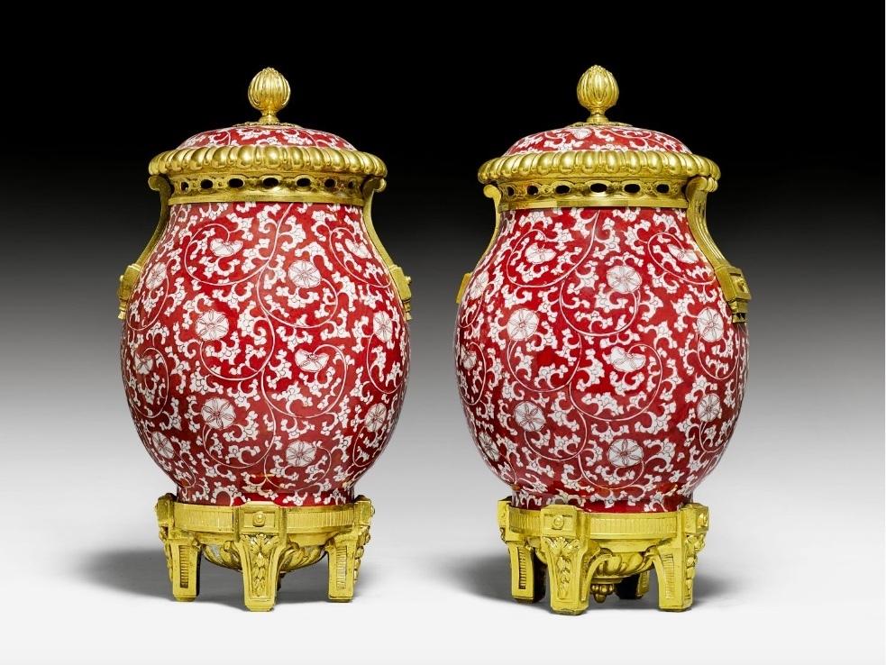Coppia di vasi Luigi XVI con coperchio, 1700 circa, porcellana cinese / kangxi e bronzo dorato. Foto: Koller