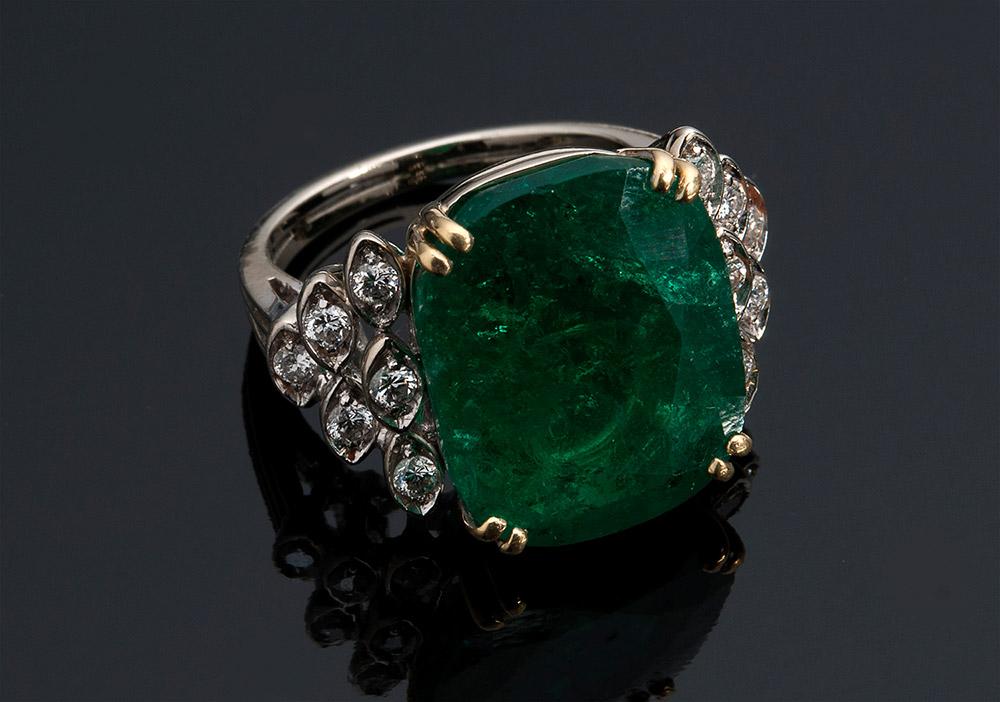 Ring aus Weißgold mit ovalem Smaragd (7 ct) und 12 Diamanten Schätzpreis: 14.000-18.000 EUR Ausrufpreis: 6.500 EUR