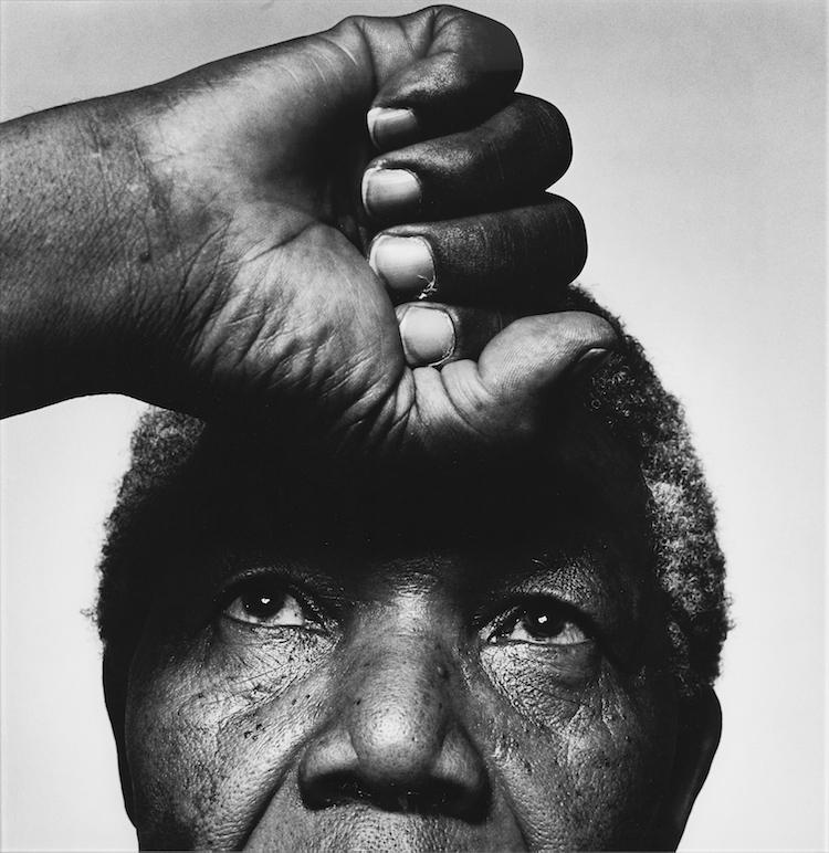 Mer politik. Hans Geddas ikoniska bild av Nelson Mandela prydde löpsedlarna för flera av världens största dagstidningar och magasin efter fredskämpens bortgång