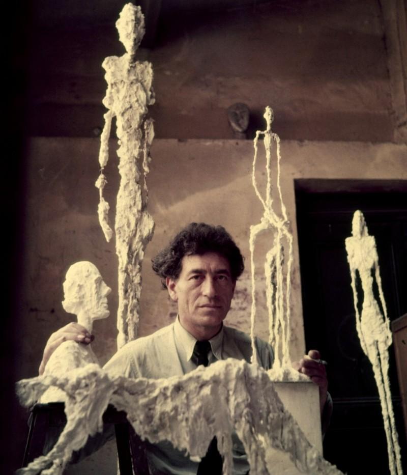Giacometti omgiven av sina skulpturer, gipsförlagor.