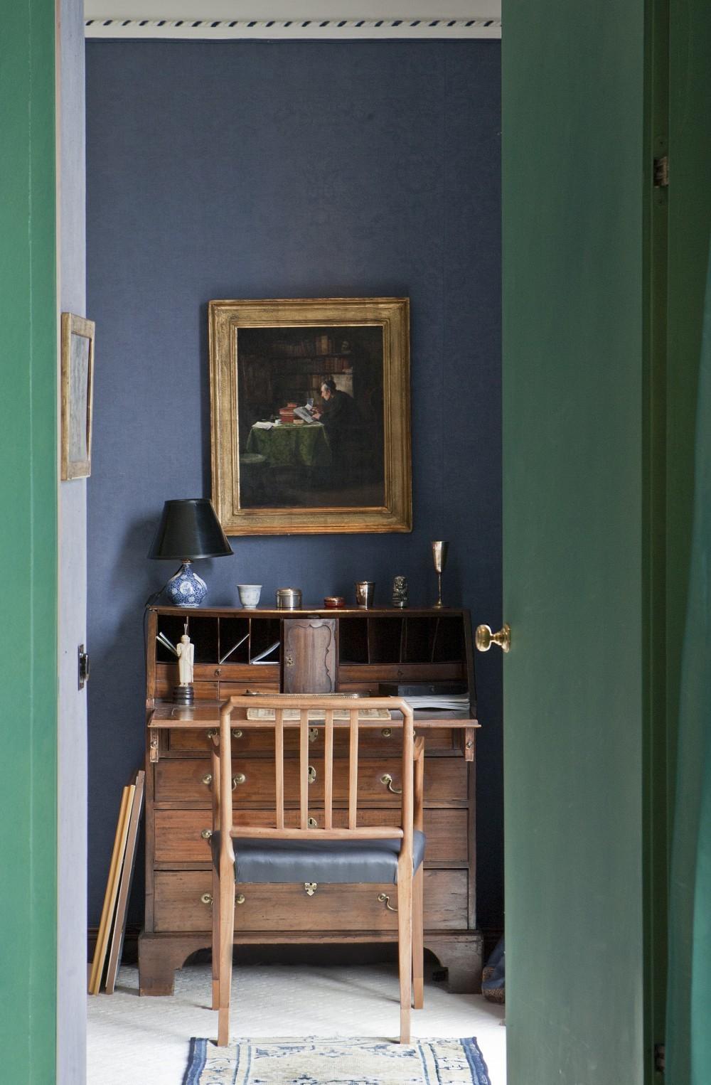 Der Arbeitsplatz im unteren Schlafzimmer. Über dem englischen Mahagoni-Sekretär hängt ein Portrait eines lesenden Mannes, den Fußboden ziert ein chinesischer Teppich
