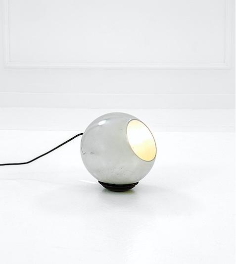 GINO SARFATTI - Tisch- oder Bodenlampe, poliertes und lackiertes Aluminium, H: 22 cm, D: 20 cm, ca. 1962 Schätzpreis: 500-800 EUR