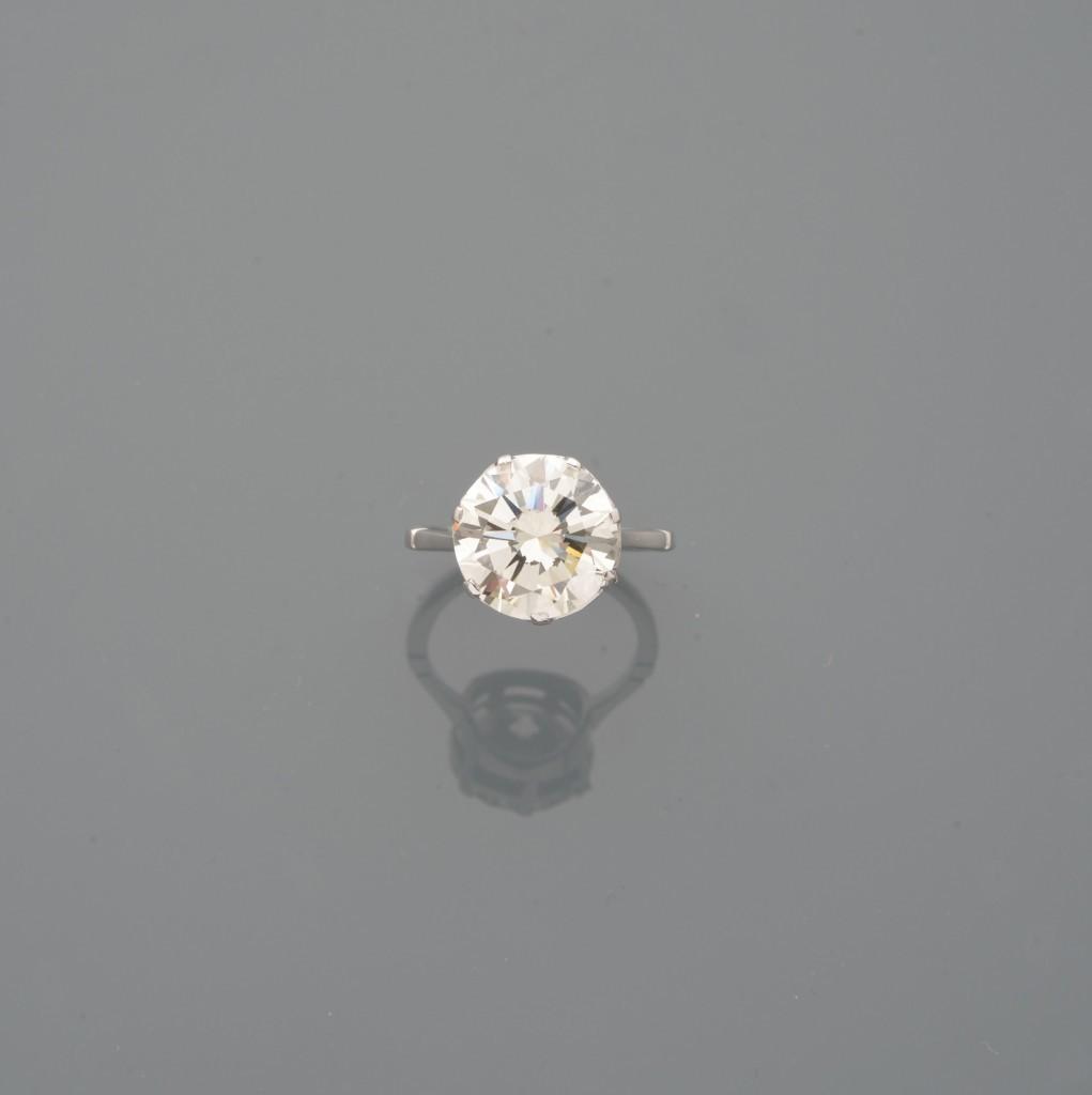 Bague en or gris, sertie d'un diamant rond de taille brillant pesant 4,65 cts