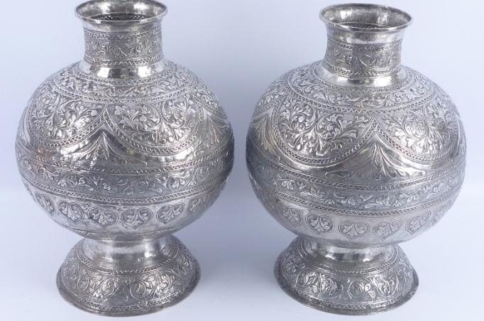 2 silberne Vasen, mit ziseliertem Blumendekor, Indonesien, ca. 1920, Schätzpreis 600 – 800 EUR