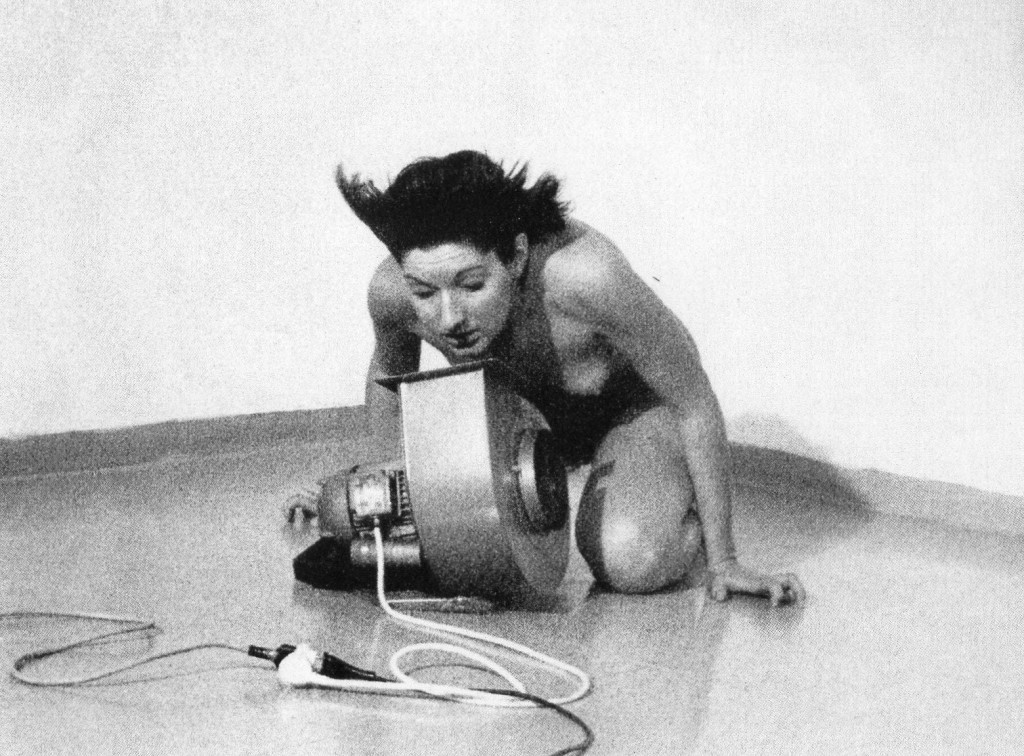 Marina Abramović, « Rhythm 4 », Milan, 1974, Incontemporeana.it