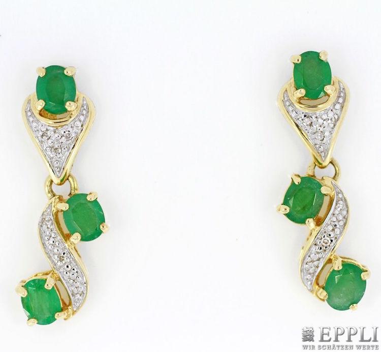 Ett par örhängen med 14 karats guld och smaragder ropas ut för 1 500 kronor
