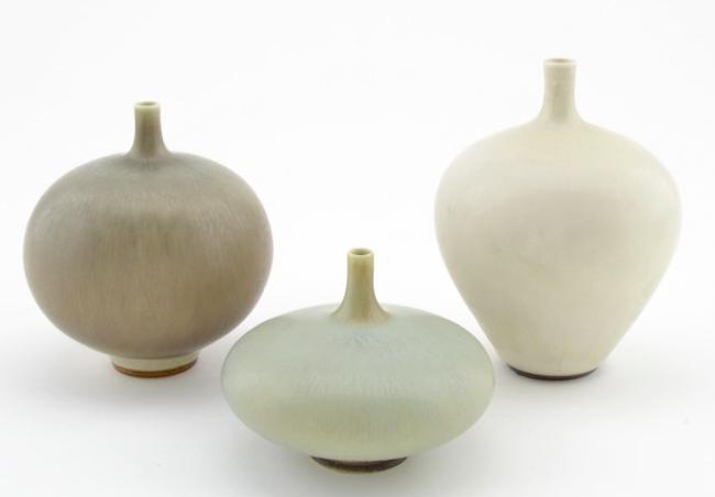 Tre vaser av Berndt Friberg i vit och grågrön harpälsglasyr. Vaserna är signerade Friberg med Gustavsbergs studiohand. Ropas ut för 3 000 kronor